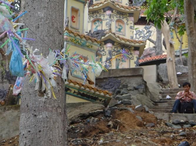 Rác xả xui và nỗi buồn nơi cửa Phật - ảnh 1