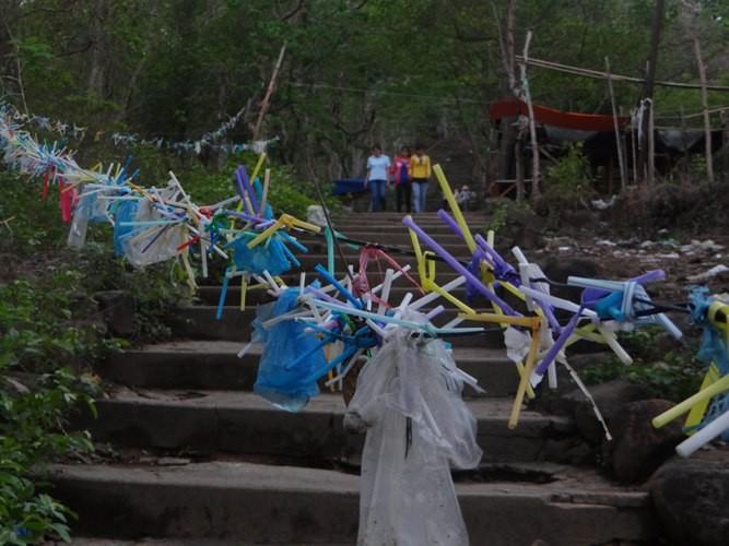 Rác xả xui và nỗi buồn nơi cửa Phật - ảnh 7