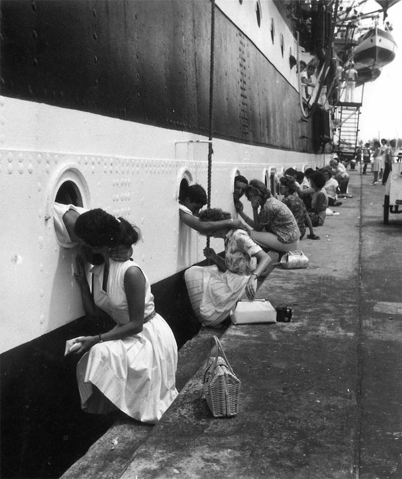 Những người lính đồng loạt hôn chia tay bạn gái trước khi lên đường tới chiến trường ở Ai Cập, 1963