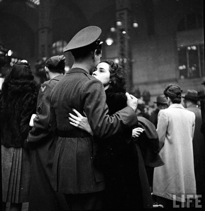 Cái ôm tiễn biệt ở nhà ga Penn, New York, 1943