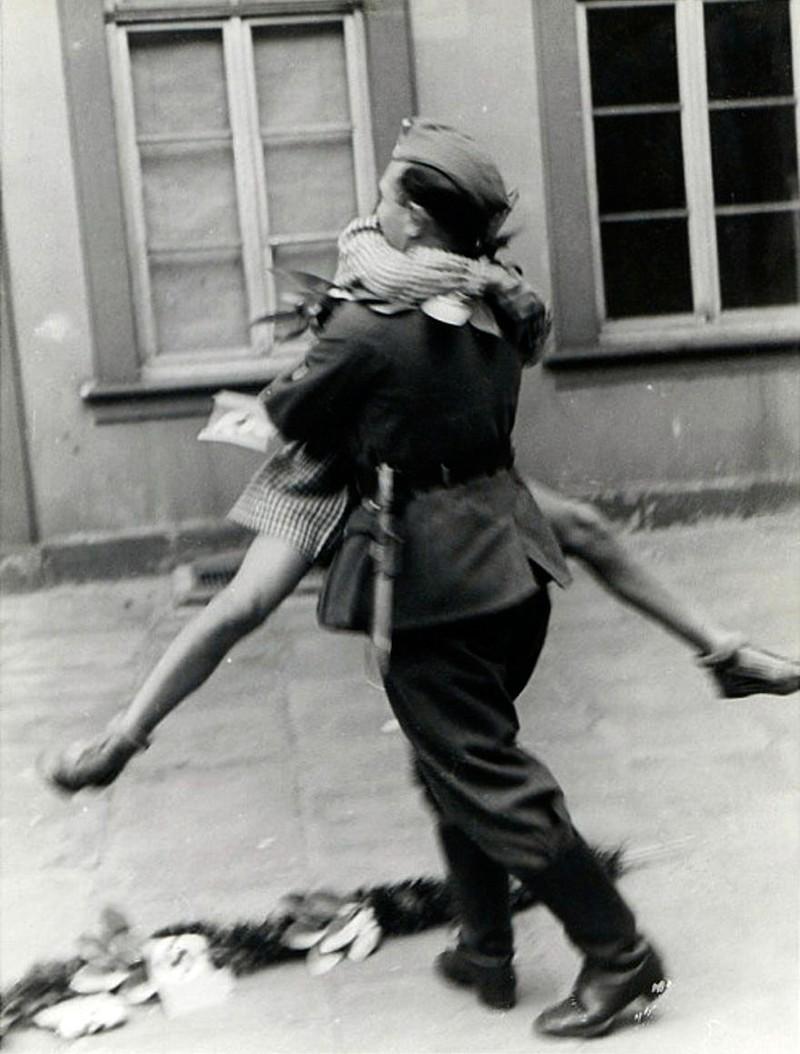 Khoảnh khắc đoàn tụ của một cặp đôi vào những năm 1940
