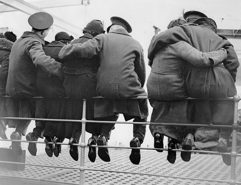 Những người lính Anh quốc an ủi và từ biệt vợ trước khi đến chiến trường Ai Cập, 1937