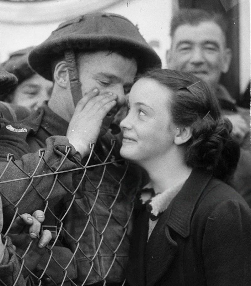 Một người lính Anh hẹn ngày trở về trước khi ra chiến trường, 1939.