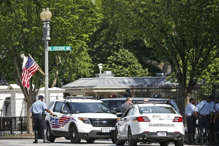 Kẻ tình nghi bị bắt giữ sau khi nổ súng tại Nhà Trắng - ảnh 1