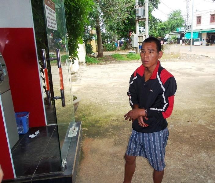 Thanh niên ngáo đá đập vỡ kính ô tô và trụ ATM - ảnh 1