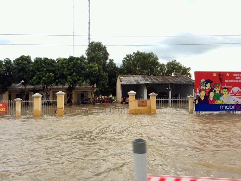 Thủy điện xả lũ, mưa lớn, nhà dân và QL1 ngập nặng - ảnh 1
