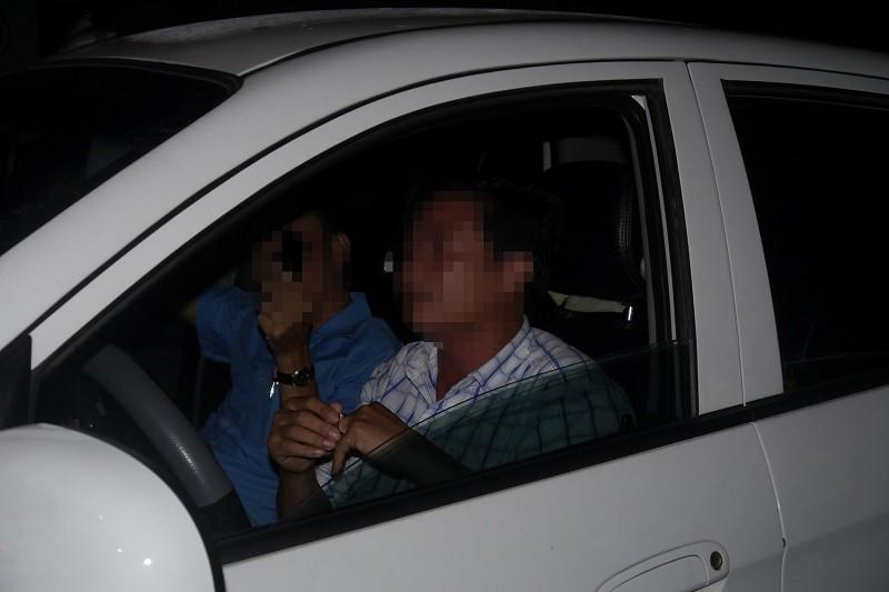 Cố thủ trên xe, tài xế 'đọ' luật với CSGT - ảnh 2