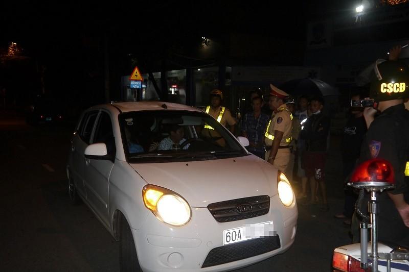 Cố thủ trên xe, tài xế 'đọ' luật với CSGT - ảnh 1