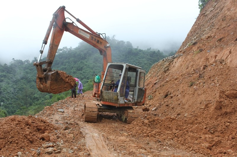 Sạt lở núi ở Quảng Ngãi, tê liệt giao thông vùng cao   - ảnh 1