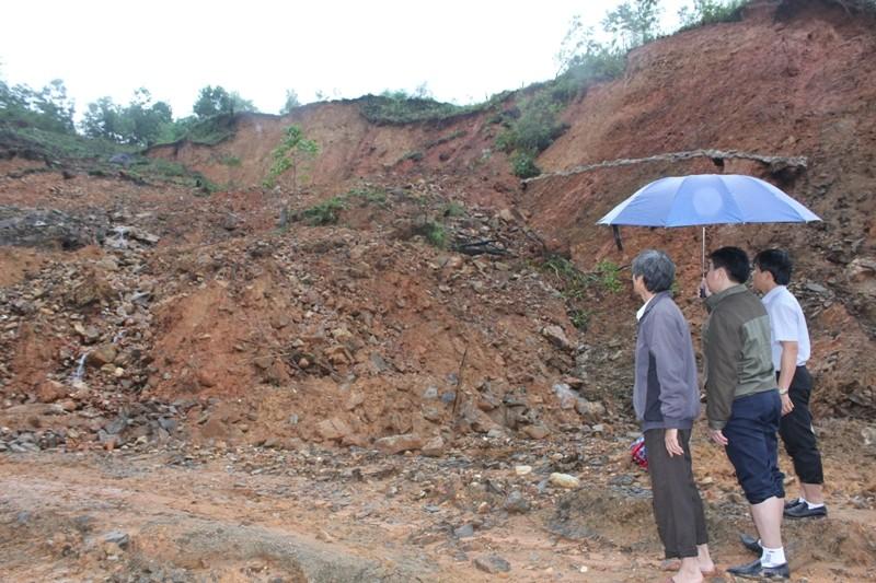 Sạt lở núi ở Quảng Ngãi, tê liệt giao thông vùng cao   - ảnh 2