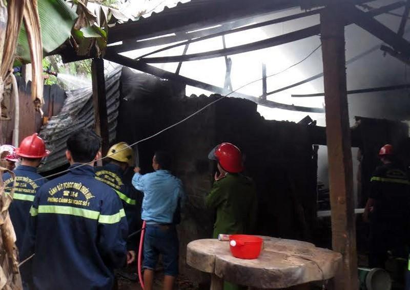 Xưởng gỗ bốc cháy sau tiếng nổ lớn - ảnh 1