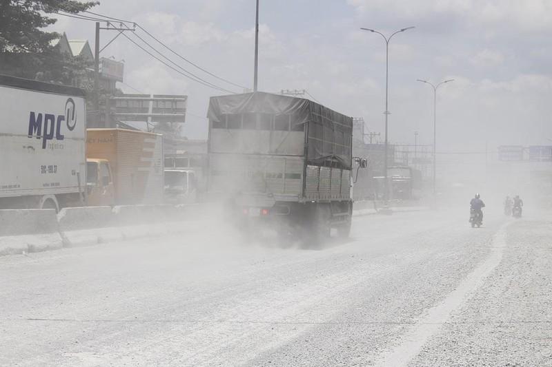 Dân quốc lộ 1A khóc ròng cảnh bụi đường mù mịt - ảnh 2