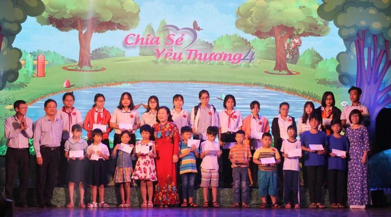 Chia sẻ yêu thương tặng quà cho 400 trẻ đặc biệt khó khăn - ảnh 2