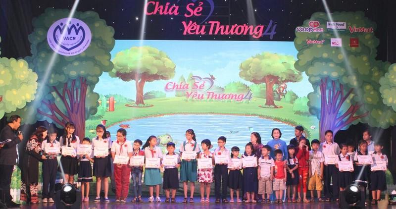 Chia sẻ yêu thương tặng quà cho 400 trẻ đặc biệt khó khăn - ảnh 1