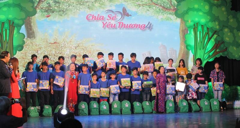 Chia sẻ yêu thương tặng quà cho 400 trẻ đặc biệt khó khăn - ảnh 3