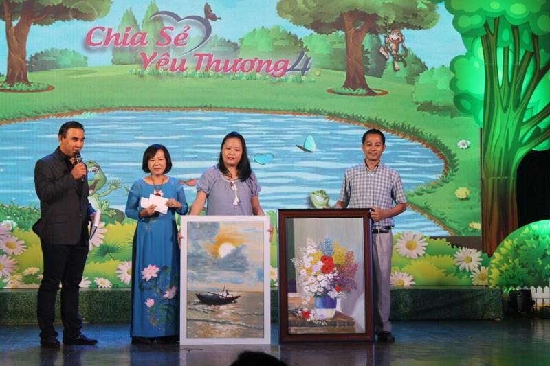 Chia sẻ yêu thương tặng quà cho 400 trẻ đặc biệt khó khăn - ảnh 4
