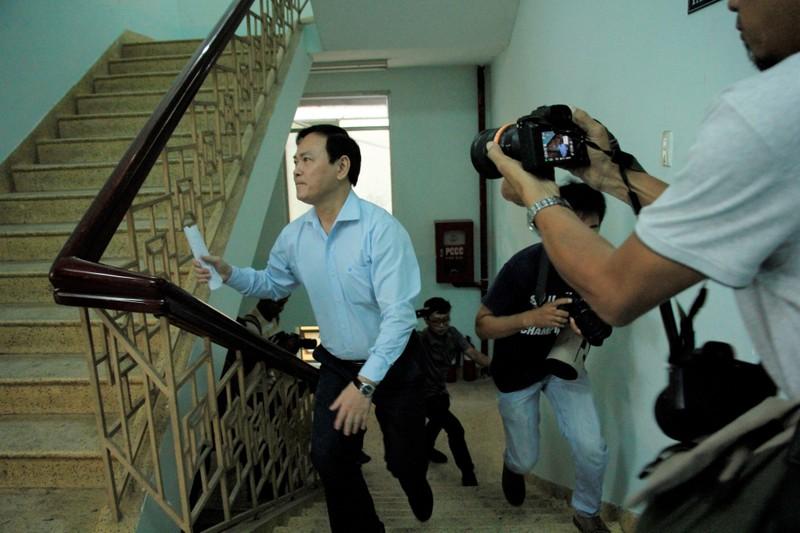 Những ai đang có mặt trong phòng xét xử Nguyễn Hữu Linh? - ảnh 1