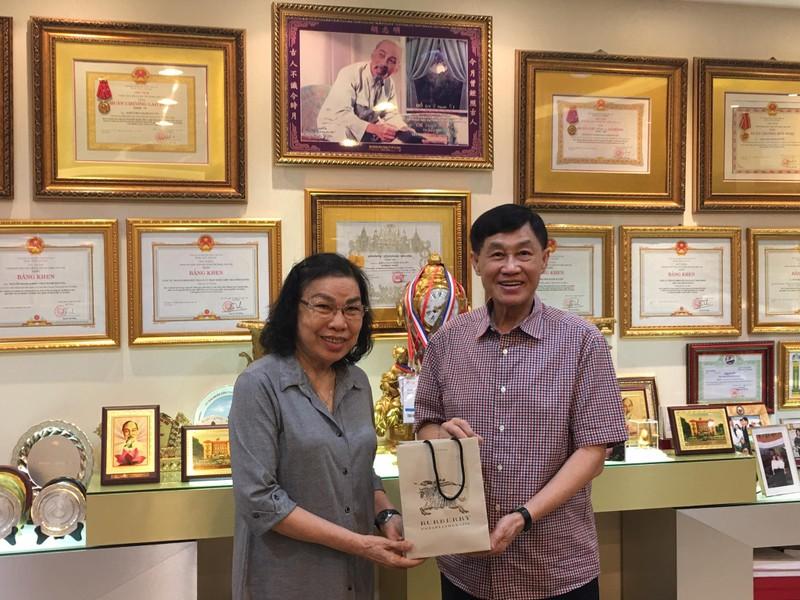 Tỉ phú Johnathan Hạnh Nguyễn tặng 500 triệu cho Hội Trẻ em TP - ảnh 1