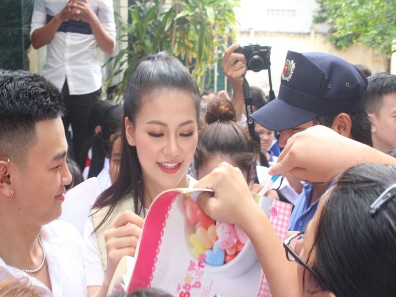 Hoa hậu Phương Khánh xúc động khi về thăm trường cũ  - ảnh 2
