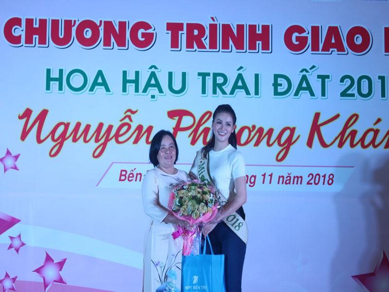 Hoa hậu Phương Khánh xúc động khi về thăm trường cũ  - ảnh 3