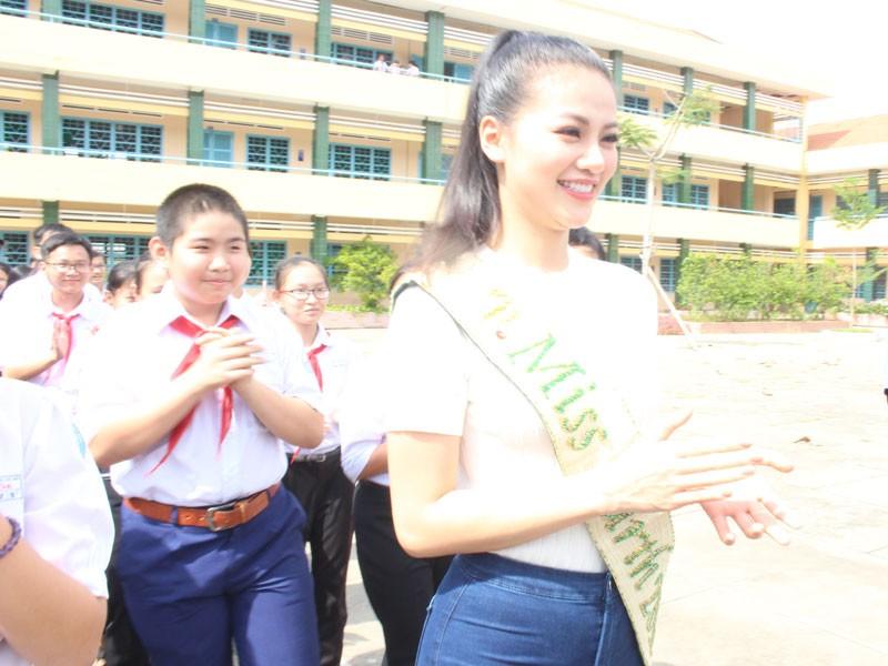 Hoa hậu Phương Khánh xúc động khi về thăm trường cũ  - ảnh 1