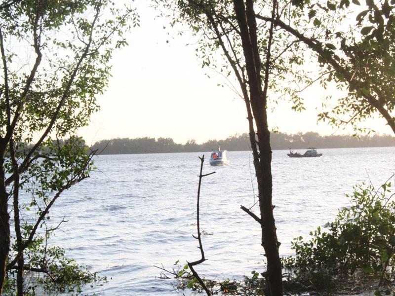 Vụ chìm sà lan trên sông Tiền: Đã tìm thấy 3 thi thể nạn nhân - ảnh 1