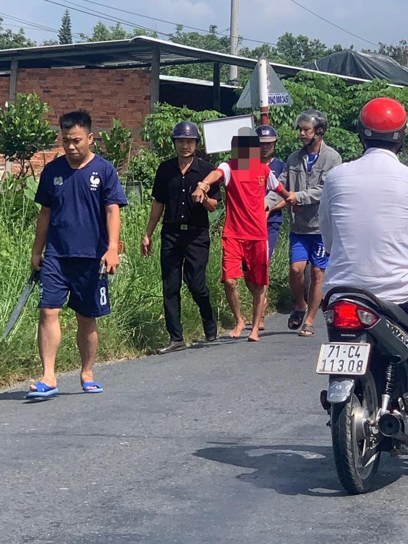 Thanh niên nghi ngáo đá xông vào UBND xã chặt rách lá cờ - ảnh 1