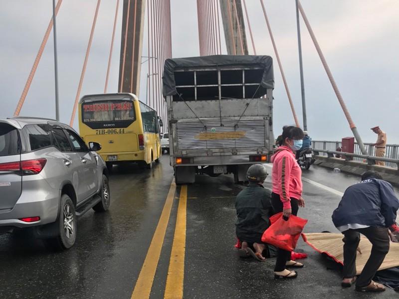 Ngã trên cầu Rạch Miễu, xe chạy sau không né kịp - ảnh 1