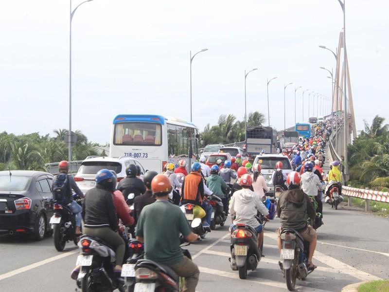 Đề xuất cấm xe tải trọng lớn qua cầu Rạch Miễu giờ cao điểm - ảnh 1