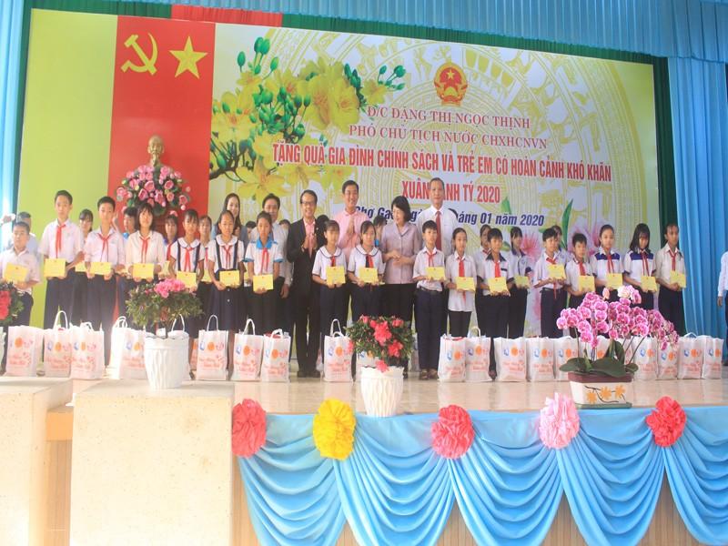 Phó Chủ tịch nước tặng quà tết tại Tiền Giang - ảnh 2