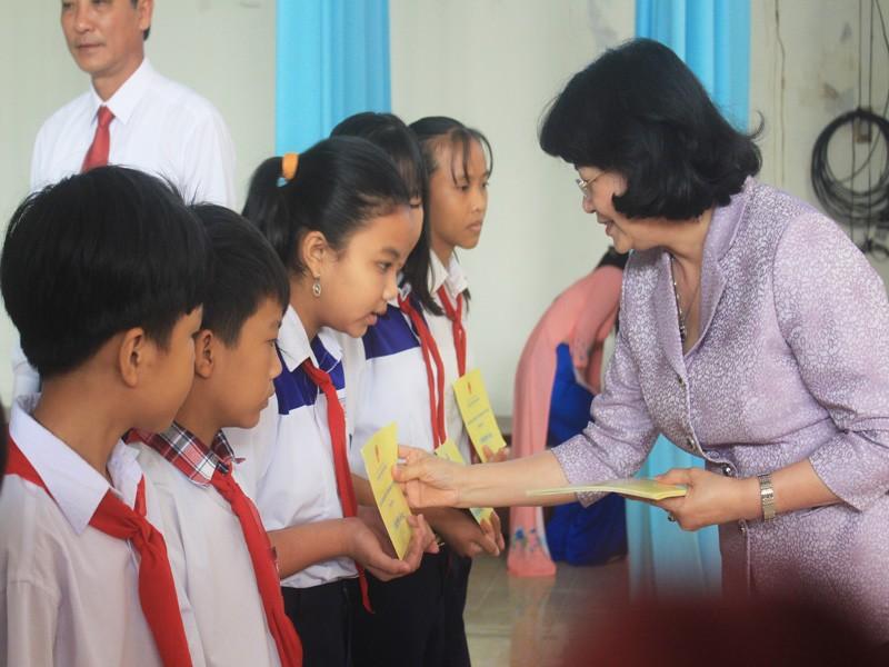 Phó Chủ tịch nước tặng quà tết tại Tiền Giang - ảnh 3