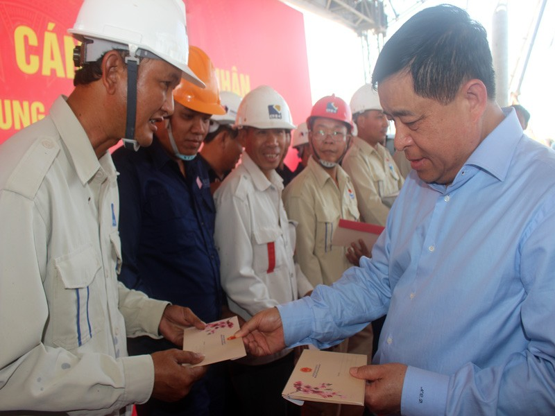 Bộ trưởng Bộ KH&ĐT đón tết sớm cùng công nhân trên cao tốc - ảnh 2