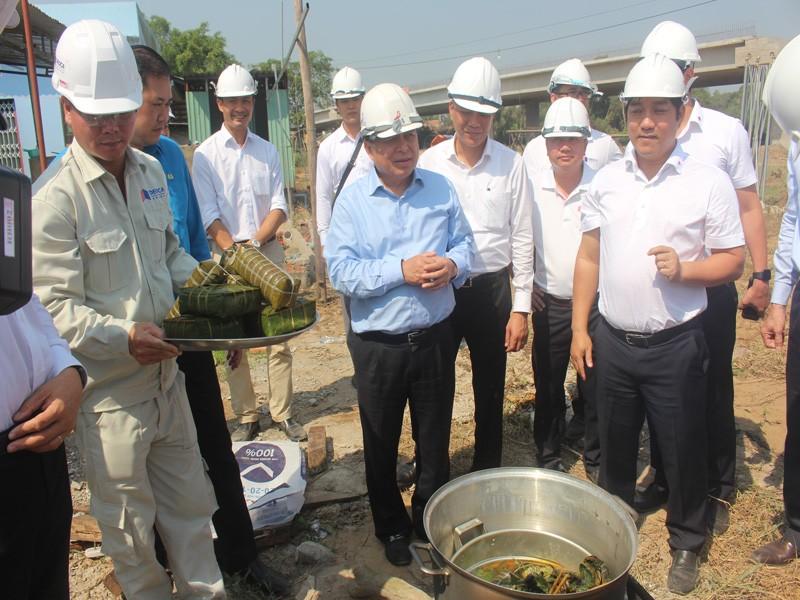Bộ trưởng Bộ KH&ĐT đón tết sớm cùng công nhân trên cao tốc - ảnh 1