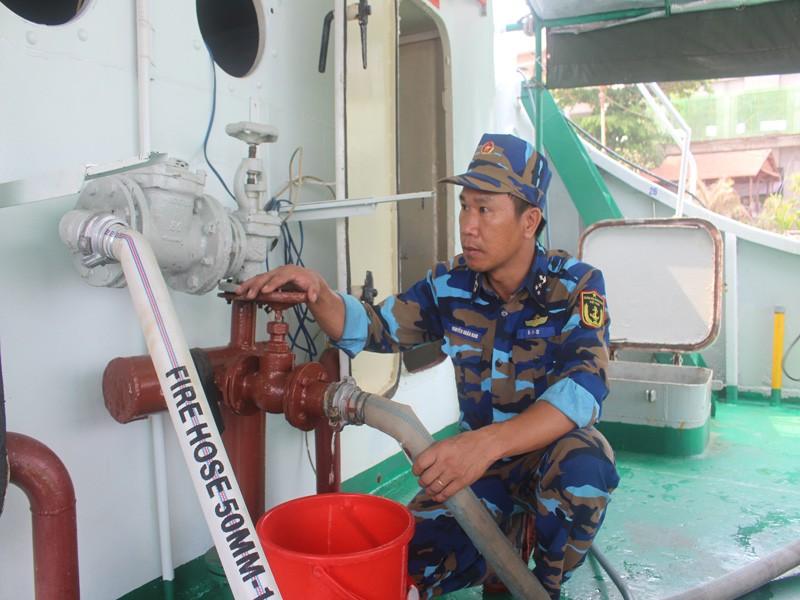 Tàu Hải quân vượt 100 hải lý cấp nước ngọt cho dân Bến Tre - ảnh 3