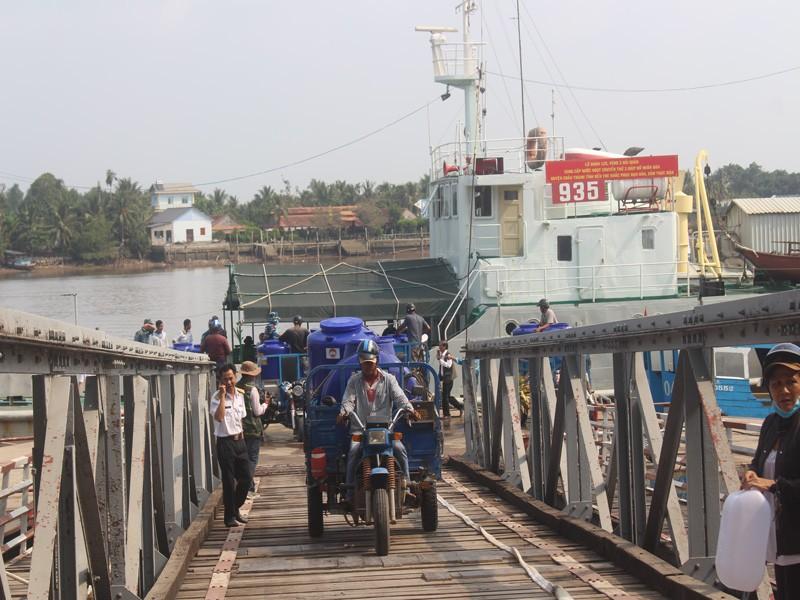 Tàu Hải quân vượt 100 hải lý cấp nước ngọt cho dân Bến Tre - ảnh 4