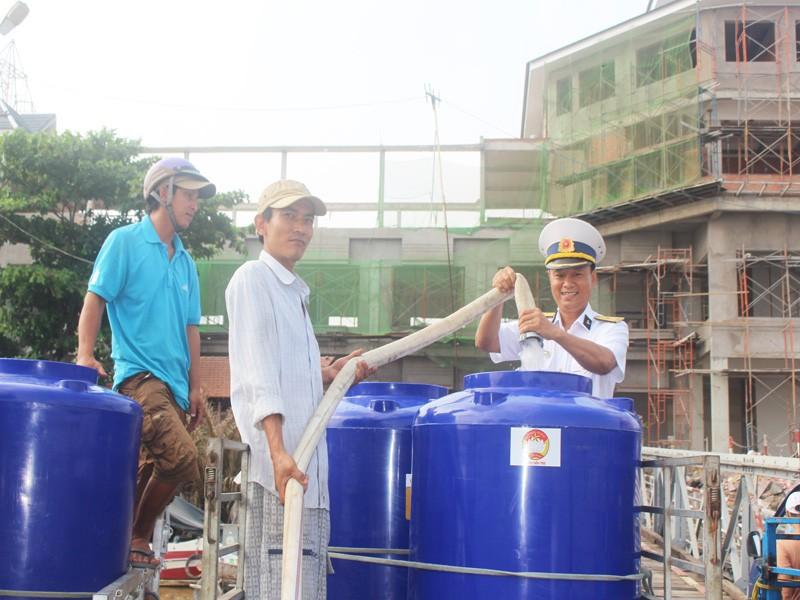 Tàu Hải quân vượt 100 hải lý cấp nước ngọt cho dân Bến Tre - ảnh 6