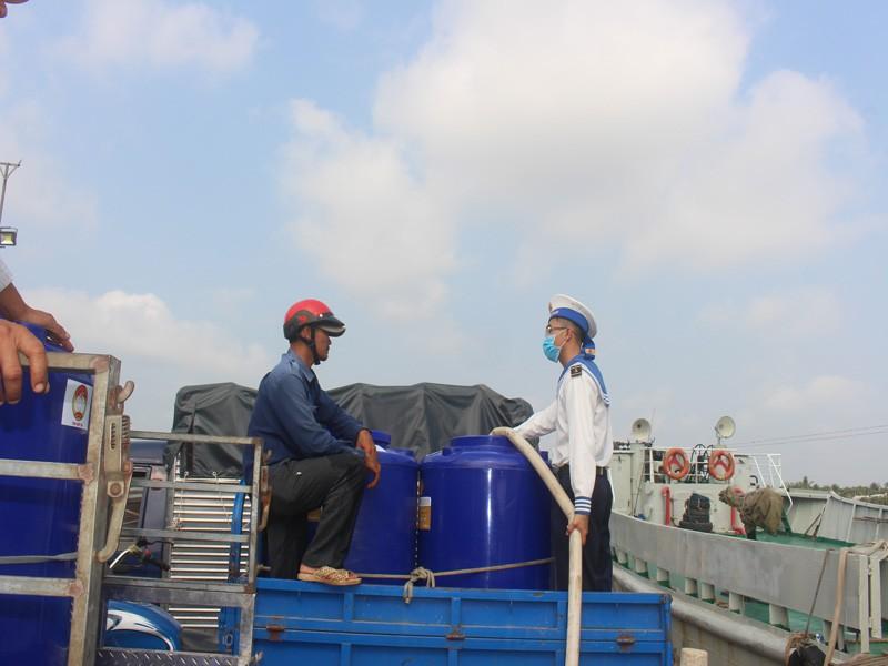 Tàu Hải quân vượt 100 hải lý cấp nước ngọt cho dân Bến Tre - ảnh 2