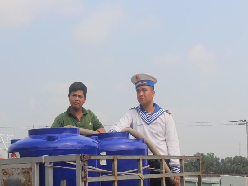 Tàu Hải quân vượt 100 hải lý cấp nước ngọt cho dân Bến Tre - ảnh 1