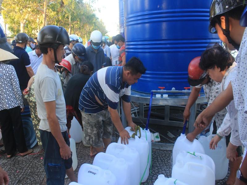 Tàu Hải quân chở nước ngọt xuyên đêm để cấp cho dân Bến Tre - ảnh 2