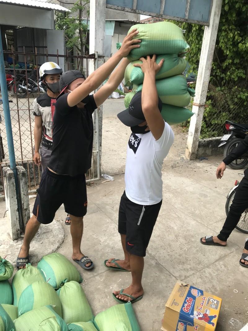 Hơn 18 tấn gạo đã đến với người dân khu cách ly ấp Thừa Lợi - ảnh 4