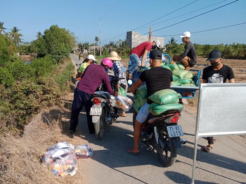 Hơn 18 tấn gạo đã đến với người dân khu cách ly ấp Thừa Lợi - ảnh 1