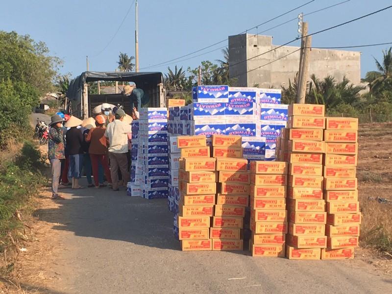 Hơn 18 tấn gạo đã đến với người dân khu cách ly ấp Thừa Lợi - ảnh 3