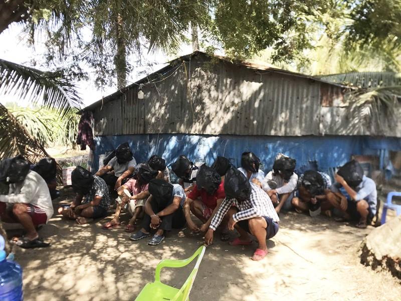 Tiền Giang: Bắt quả tang 16 người tham gia đánh bạc, đá gà  - ảnh 1