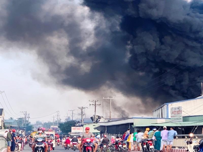 Cháy lớn tại công ty sản xuất bao bì trái cây ở Tiền Giang - ảnh 1