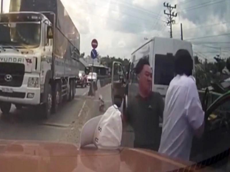 Công an vào cuộc vụ tài xế taxi bị tài xế xe khách chém - ảnh 1