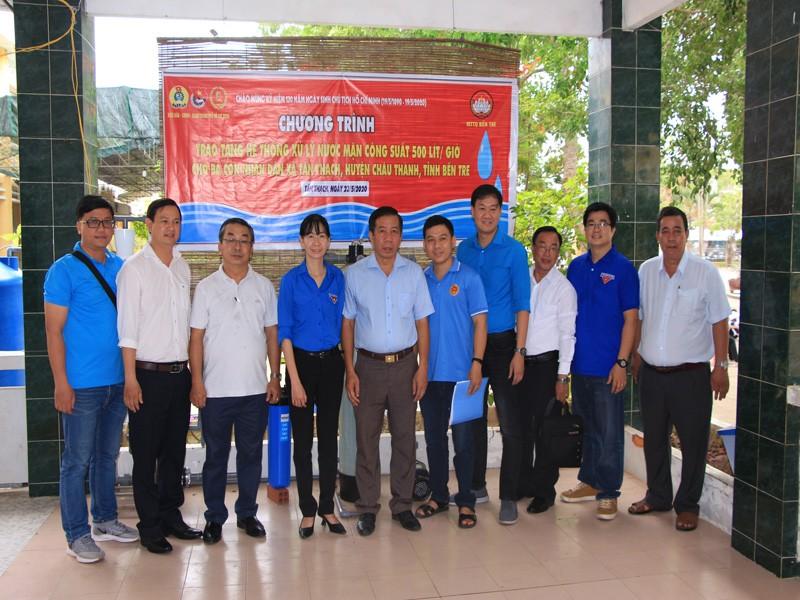 Đảng ủy Khối Dân - Chính - Đảng TP.HCM tặng quà ở Bến Tre - ảnh 2