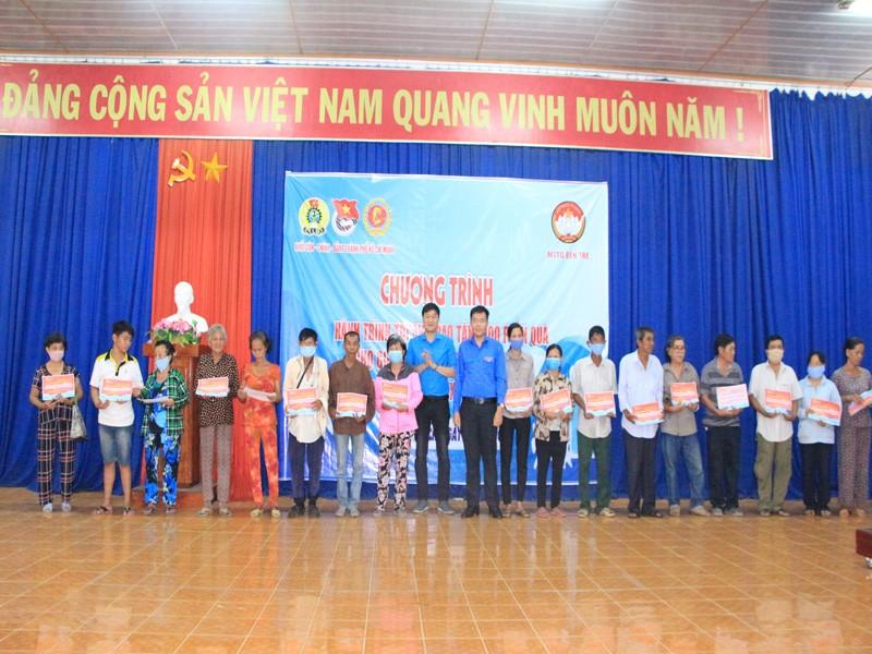 Đảng ủy Khối Dân - Chính - Đảng TP.HCM tặng quà ở Bến Tre - ảnh 1