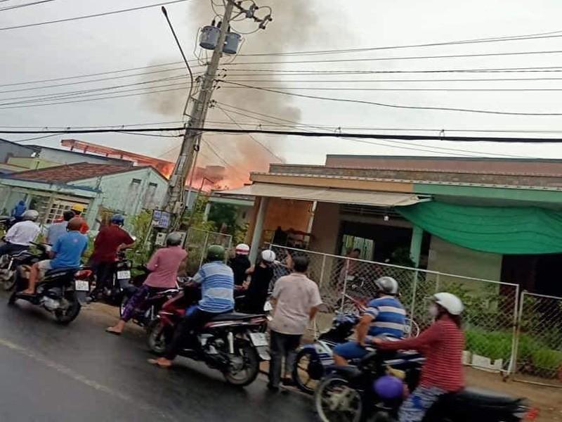 Cảnh sát mất 3 giờ mới dập được đám cháy cơ sở kinh doanh gỗ - ảnh 1