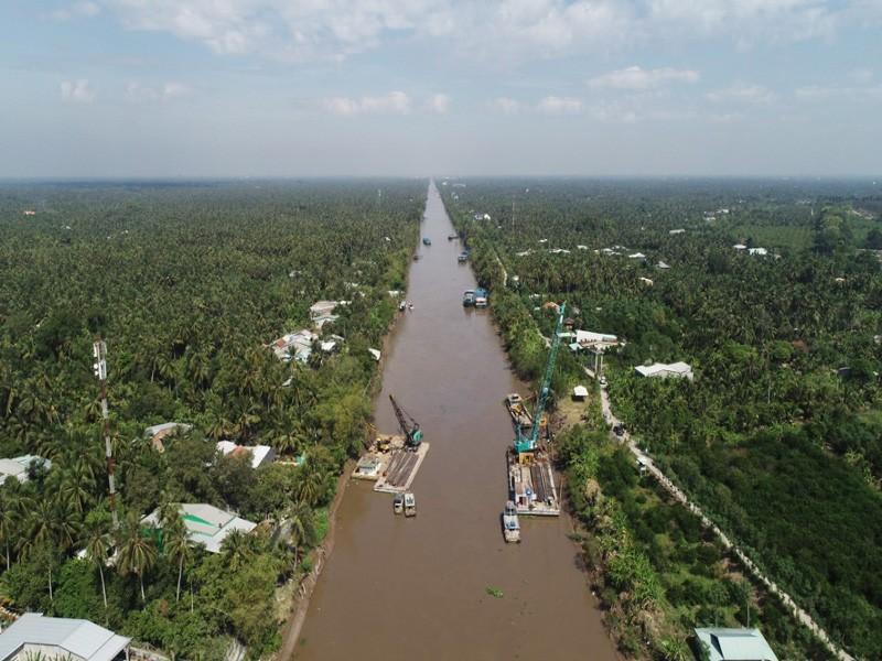 Dỡ xong đập tạm, kênh Nguyễn Tấn Thành thông suốt trở lại - ảnh 1