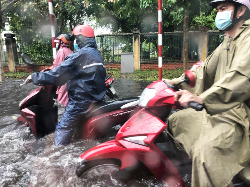 Hàng ngàn công nhân KCN Giao Long khổ vì cứ mưa là ngập   - ảnh 4